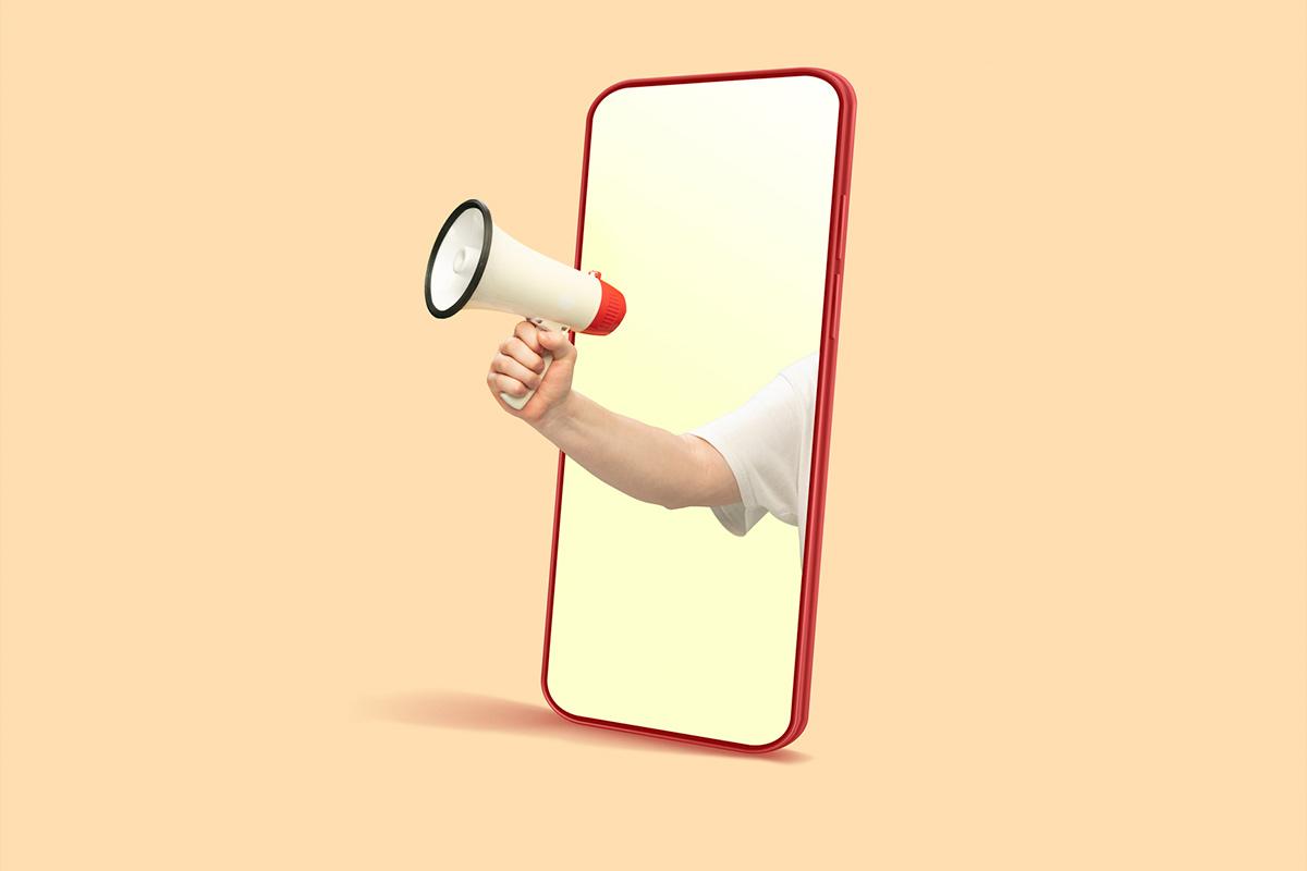 Celular mostrando na tela uma mão segurando um megafone representado os anúncios.